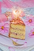 Ein Stück Geburtstagstorte mit Wunderkerze
