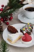 Weihnachtlicher Plätzchenteller und Kaffee