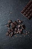 Schokoladentafel und Schokoladenstücke
