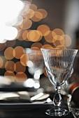 Weingläser auf gedecktem Tisch