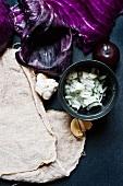 Rotkohl, geschnittene Zwiebeln, Knoblauch und Pflaume