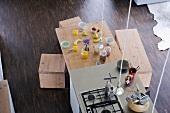 Blick von oben auf freistehenden Küchenblock und Esstisch mit Frühstücksgedecken