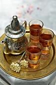 Tee in Silberkanne und Gläsern (Tunesien)