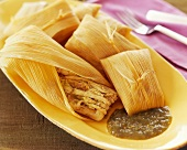 Hähnchen-Tamales (gefüllte Maisblätter, Mexiko) mit Salsa Verde