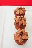 Drei kleine Schokoladen-Karamell-Cupcakes