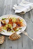 Frühlingssalat mit Möhren und Hähnchen