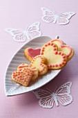 Butterplätzchen in Herzform mit rosa Zuckerguss verziert