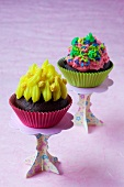 Cupcakes mit buntem Frosting