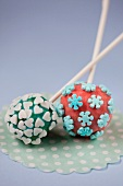 Cake pops with sugar flowers and hearts
