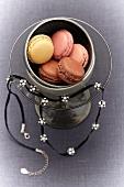 Macarons im Glas mit Halskette