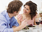 Junges Paar isst Salat