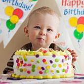 Kleiner Junge mit grosser Geburtstagstorte