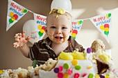 Kleiner Junge mit halb aufgegessener Geburtstagstorte