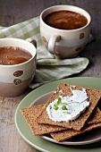 Knäckebrot mit Frischkäse und Kaffee