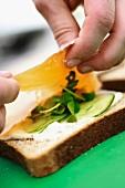 Sandwichbrot mit Räucherlachs belegen