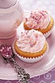 Rosa Cupcakes mit Zuckerperlen
