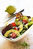 Blattsalat mit Avocado und Tomaten