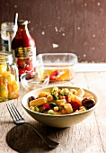 Noodles with olives, peppers and haloumi