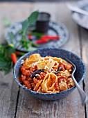 Pasta all'amatriciana (Nudeln mit Speck-Tomaten-Sauce)