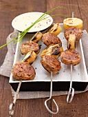 Spieße mit Andouillette (französische Wurstsorte) und Kartoffelscheiben, dazu Sauce aus gerösterer Paprika