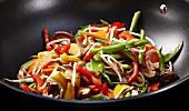 Sojasprossen, Paprika, Shiitakepilze und grüner Spargel im Wok