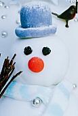 Nahaufnahme von Schneemann mit Hut