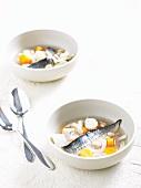 Bouillon mit Makrelen und Gemüse