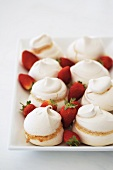 Baisergebäck mit Erdbeeren