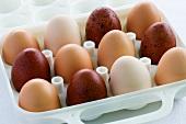 weiße und braune Eier in einem Behälter