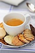 Espresso und verschiedene Plätzchen
