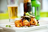 Pikanter Fleischspiess mit Salat