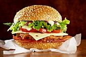 Hamburger mit Bacon, Käse und Salat