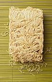 Eiernudeln aus China auf Bambusmatte