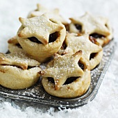 Mince Pies mit Puderzucker in der Backform
