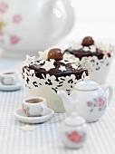 Malted Chocolate Fudge Cupcake mit weissen Sternchen