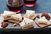 Edelpilzkäse, Cracker, Pecannüsse und Rotwein