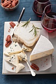 Goat's cheese and blue cheese with pecan nuts, rosemary and red wine