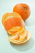Orange, Orangenschale und Orangenspalten