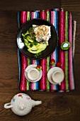 Pochierter Fisch mit Sesam und Avocado