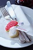 Kekse in Fliegenpilzform mit Glücksspruch als Tellerdeko