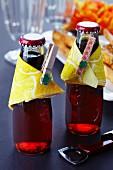 Getränkeflaschen dekoriert mit Servietten & Wäscheklammern