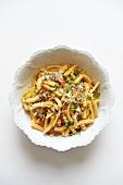 Pasta Carbonara mit Frühlingszwiebel und Kräutern
