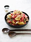 Kartoffelsalat mit Radieschen und Räucherforelle