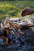 Chapati auf einer glühenden Platte backen