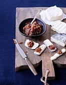 Weichkäse mit Knoblauch-Dattel-Chutney