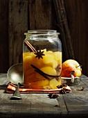 Apfelkompott mit Sternanis, Vanilleschote und Zimtstange