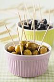 Grüne und schwarze Oliven auf Zahnstochern