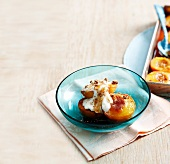 Baked peaches with yoghurt