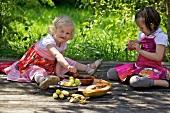 Zwei Mädchen essen Schokoladenfondue mit Früchten