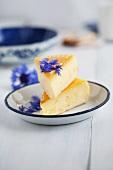 Käsekuchen mit Griess und Kornblumen